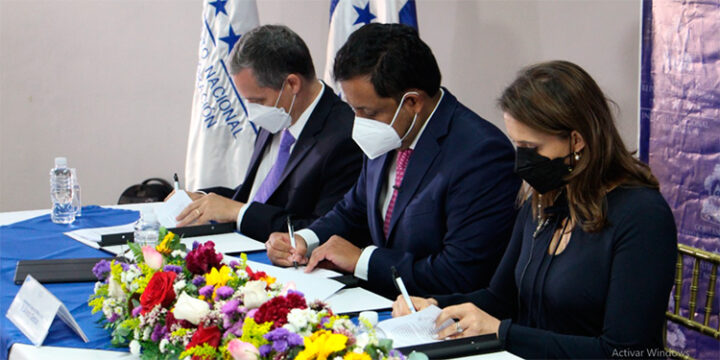 Honduras firma contratos para desarrollar un Sistema Integral Migratorio